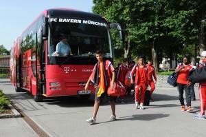 Wie die Profis: Betreuer Ismail führt seine Mannschaft vom Bus Richtung Trainingsplatz