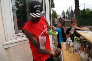 Barkeeper Bukiba mixt den Bizeps-Drink. Da will Dion (rechts hinten) auch mal hin.