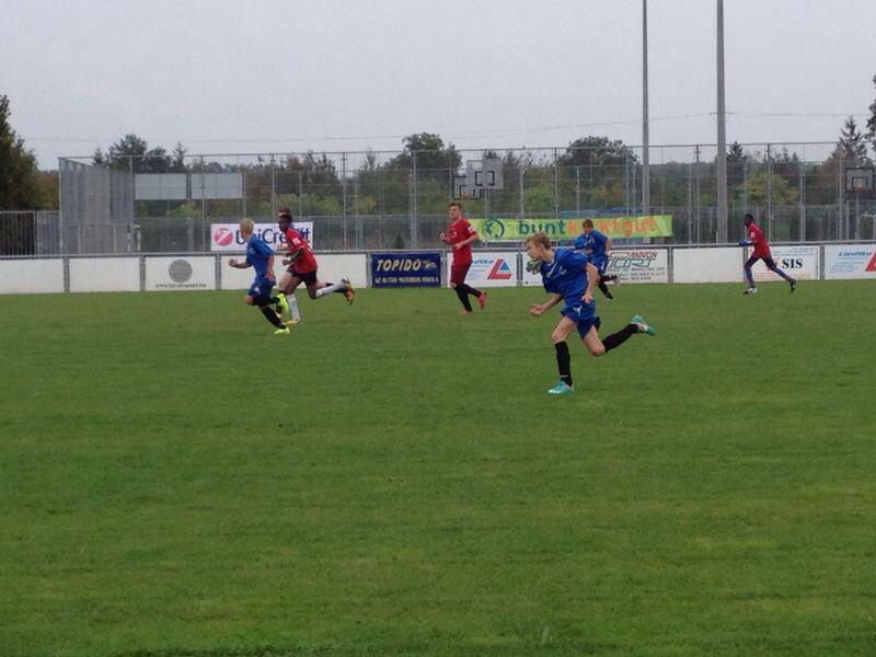 Auf dem Spielfeld geht's heiß her! Ein ungarisches Team im Duell gegen die Jugendlichen von buntkicktgut