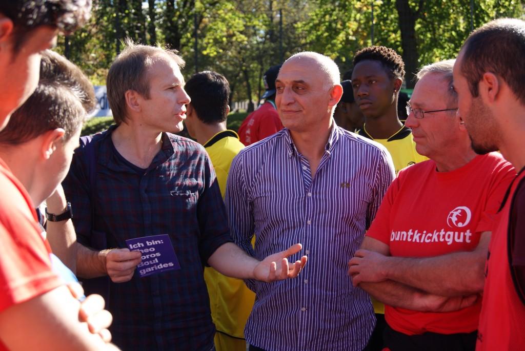 buntkicktgut-Gründer Rüdiger Heid (rechts) im Gespräch mit dem Initiator der Aktion, Wolfgang Gebhard (links) und dem Cousin des NSU-Opfers (Mitte)