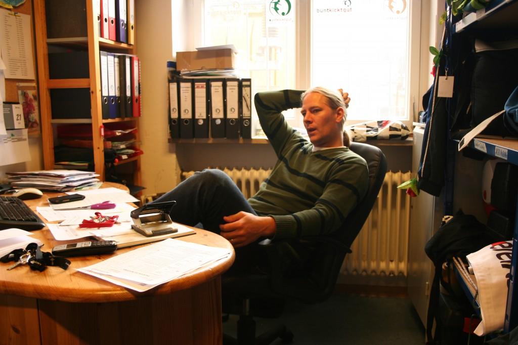 Seit 6 Jahren ist Matthias schon bei buntkicktgut - hier in seinem gemütlichen Büro