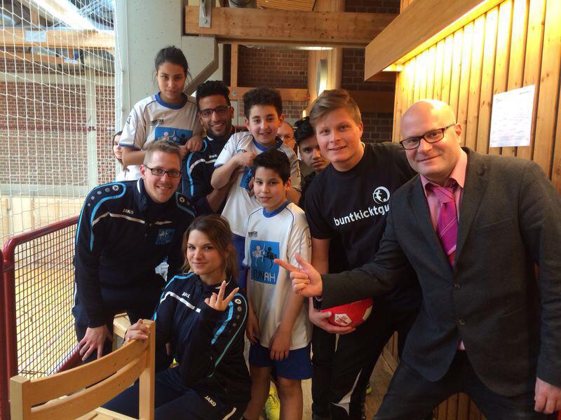 Dieses Bild ist auch auf Vorländers Facebook Seite zu finden: die Jungs und Mädels aus Peine, ausgezeichnet für das bunteste Team, posieren mit dem Star der Stunde
