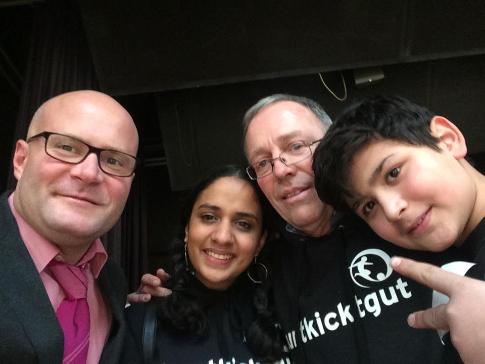 SPD-Politiker Christian Vorländer, buntkicker-Redakteurin Basira, bkg-Gründer Rüdiger Heid und Schiedsrichter Mohamed auf den buntkicktgut open